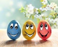 Αυγά Πάσχας με το χαμόγελο και τους ανθίζοντας κλάδους Στοκ Φωτογραφία