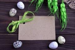 Αυγά Πάσχας με burlap πράσινη κορδέλλα κλάδων υφασμάτων την κίτρινη και διάστημα για το κείμενο Στοκ Εικόνες