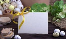 Αυγά Πάσχας με burlap την πράσινη κορδέλλα κλάδων υφασμάτων και διάστημα για το κείμενο Στοκ Φωτογραφία