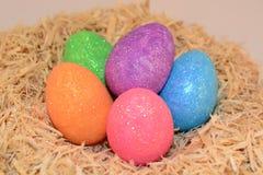 Αυγά Πάσχας που βάζουν στη φωλιά της κλινοστρωμνής Στοκ Εικόνα