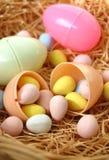 Αυγά Πάσχας που γεμίζουν με τη σοκολάτα Στοκ φωτογραφίες με δικαίωμα ελεύθερης χρήσης