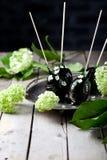 Αυγά Πάσχας που διακοσμούνται με την καραμέλα και τα λουλούδια Στοκ Εικόνα