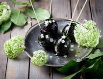 Αυγά Πάσχας που διακοσμούνται με την καραμέλα και τα λουλούδια Στοκ Φωτογραφίες