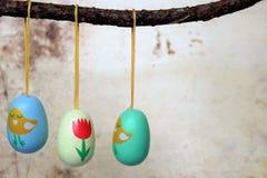 Αυγά Πάσχας, που κρεμούν από έναν κλάδο, Στοκ φωτογραφίες με δικαίωμα ελεύθερης χρήσης