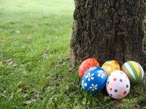 αυγά Πάσχας που κρύβοντα&iota Στοκ Εικόνες