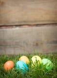 Αυγά Πάσχας που κρύβουν στη χλόη Στοκ Εικόνα