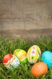 Αυγά Πάσχας που κρύβουν στη χλόη Στοκ Φωτογραφίες