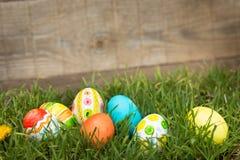 Αυγά Πάσχας που κρύβουν στη χλόη Στοκ Εικόνες