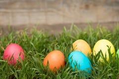 Αυγά Πάσχας που κρύβουν στη χλόη Στοκ εικόνα με δικαίωμα ελεύθερης χρήσης