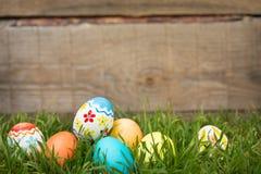 Αυγά Πάσχας που κρύβουν στη χλόη Στοκ εικόνες με δικαίωμα ελεύθερης χρήσης