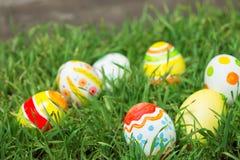 Αυγά Πάσχας που κρύβουν στη χλόη Στοκ φωτογραφία με δικαίωμα ελεύθερης χρήσης