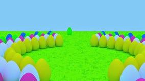 Αυγά Πάσχας που στέκονται στην πράσινη χλόη απόθεμα βίντεο