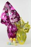 αυγά Πάσχας που τυλίγοντ& Στοκ φωτογραφία με δικαίωμα ελεύθερης χρήσης