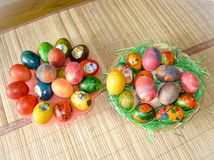 Αυγά Πάσχας που χρωματίζονται από τα παιδιά Στοκ Φωτογραφία