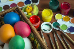 Αυγά Πάσχας, που χρωματίζονται με τα φωτεινά χρώματα στοκ εικόνα
