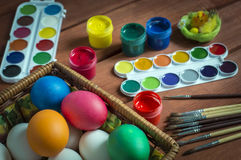 Αυγά Πάσχας, που χρωματίζονται με τα φωτεινά χρώματα στοκ φωτογραφία
