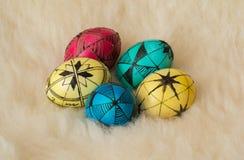 Αυγά Πάσχας που χρωματίζονται με τον παραδοσιακό τρόπο Στοκ Εικόνα