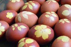 Αυγά Πάσχας που χρωματίζονται με το κρεμμύδι που διακοσμείται με το σχέδιο φύλλων Στοκ Φωτογραφία