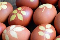 Αυγά Πάσχας που χρωματίζονται με το κρεμμύδι που διακοσμείται με το σχέδιο φύλλων Στοκ φωτογραφία με δικαίωμα ελεύθερης χρήσης