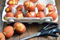 Αυγά Πάσχας που χρωματίζονται με το κρεμμύδι που διακοσμείται με τα φύλλα Στοκ Φωτογραφίες