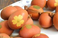 Αυγά Πάσχας που χρωματίζονται με το κρεμμύδι Στοκ εικόνες με δικαίωμα ελεύθερης χρήσης