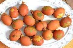 Αυγά Πάσχας που χρωματίζονται με το κρεμμύδι Στοκ Φωτογραφία