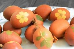Αυγά Πάσχας που χρωματίζονται με το κρεμμύδι Στοκ Εικόνα
