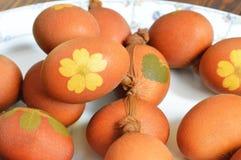 Αυγά Πάσχας που χρωματίζονται με το κρεμμύδι Στοκ Φωτογραφίες