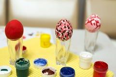 Αυγά Πάσχας που χρωματίζονται με το χέρι τα χρώματα Στοκ Εικόνες