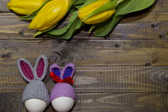 αυγά Πάσχας που χρωματίζονται Μια ανθοδέσμη των κίτρινων τουλιπών Στοκ εικόνα με δικαίωμα ελεύθερης χρήσης