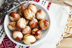 Αυγά Πάσχας που χρωματίζονται παραδοσιακά με τα διαφορετικά χορτάρια και τα φύλλα Στοκ φωτογραφία με δικαίωμα ελεύθερης χρήσης