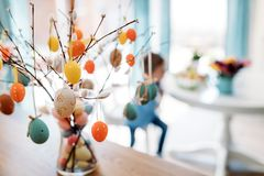 Αυγά Πάσχας που χρωματίζονται στα χρώματα κρητιδογραφιών Στοκ Εικόνες