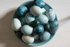 Αυγά Πάσχας που χρωματίζονται στα χρώματα κρητιδογραφιών διεσπαρμένα Στοκ Εικόνες