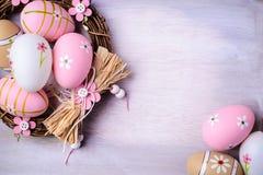 Αυγά Πάσχας που χρωματίζονται στα χρώματα κρητιδογραφιών στη φωλιά Στοκ φωτογραφίες με δικαίωμα ελεύθερης χρήσης