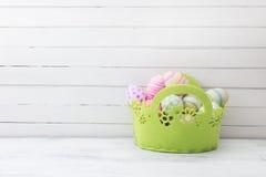 Αυγά Πάσχας που χρωματίζονται στα χρώματα κρητιδογραφιών στο άσπρο ξύλινο υπόβαθρο 2 όλα τα αυγά Πάσχας έννοιας νεοσσών κάδων ανθ Στοκ Εικόνες