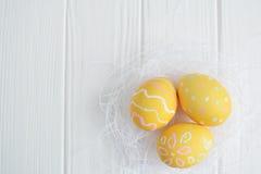 Αυγά Πάσχας που χρωματίζονται στα χρώματα κρητιδογραφιών Στοκ Φωτογραφίες