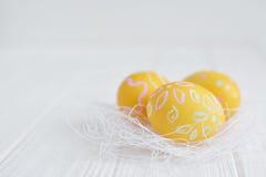 Αυγά Πάσχας που χρωματίζονται στα χρώματα κρητιδογραφιών Στοκ εικόνα με δικαίωμα ελεύθερης χρήσης