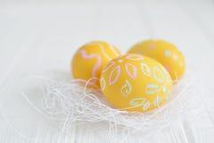Αυγά Πάσχας που χρωματίζονται στα χρώματα κρητιδογραφιών Στοκ Εικόνα