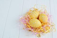 Αυγά Πάσχας που χρωματίζονται στα χρώματα κρητιδογραφιών Στοκ εικόνες με δικαίωμα ελεύθερης χρήσης