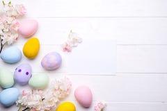Αυγά Πάσχας που χρωματίζονται στα χρώματα Στοκ Εικόνες