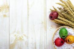 Αυγά Πάσχας που χρωματίζονται στο άσπρο ξύλινο υπόβαθρο Στοκ εικόνα με δικαίωμα ελεύθερης χρήσης