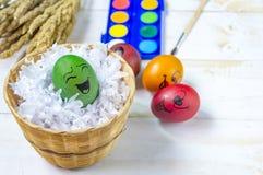 Αυγά Πάσχας που χρωματίζονται στο άσπρο ξύλινο υπόβαθρο Στοκ φωτογραφίες με δικαίωμα ελεύθερης χρήσης