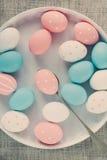 Αυγά Πάσχας που χρωματίζονται στο άσπρο πιάτο, που τονίζεται Στοκ φωτογραφία με δικαίωμα ελεύθερης χρήσης