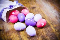 Αυγά Πάσχας που χρωματίζονται στο ξύλινο υπόβαθρο. Στοκ Εικόνες