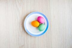 Αυγά Πάσχας σε έναν άσπρο πίνακα στο πιάτο Στοκ εικόνα με δικαίωμα ελεύθερης χρήσης