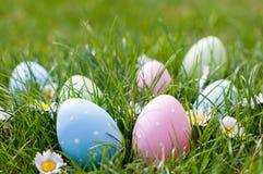 Αυγά Πάσχας σε έναν κήπο στοκ εικόνες