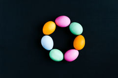 Αυγά Πάσχας σε έναν μαύρο πίνακα Στοκ φωτογραφίες με δικαίωμα ελεύθερης χρήσης