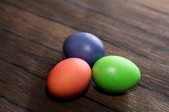 Αυγά Πάσχας σε έναν ξύλινο Στοκ Εικόνα