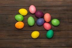Αυγά Πάσχας σε έναν ξύλινο Στοκ Φωτογραφίες