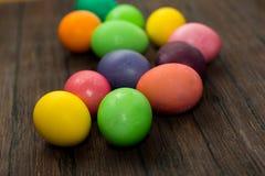 Αυγά Πάσχας σε έναν ξύλινο Στοκ εικόνα με δικαίωμα ελεύθερης χρήσης